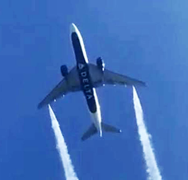 Delta Boeing-777 dumps fuel over school